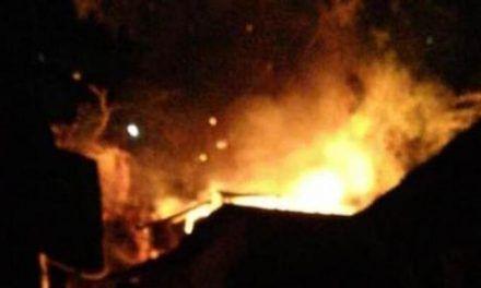 Las llamas acabaron con una vivienda campesina en Suaza