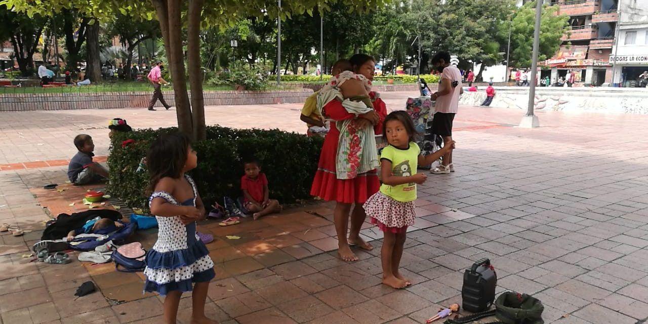 Emberás muestran su folclor, y a cambio, reciben unos pesos