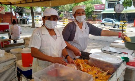 Madre e hija, una vida vendiendo pollos en Neiva