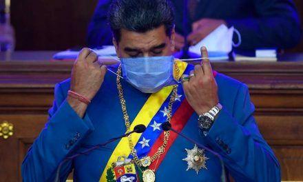 """Nuevo lapsus de Maduro: ahora dice que el tapabocas debe cubrir """"hasta la pantorrilla"""""""