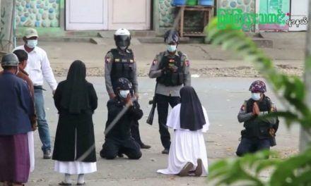 Myanmar: la historia detrás de la impactante foto de la monja arrodillada frente a unos policías en Myanmar