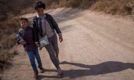 Qué hace EE.UU. con el «abrumador» número de niños que están cruzando solos la frontera