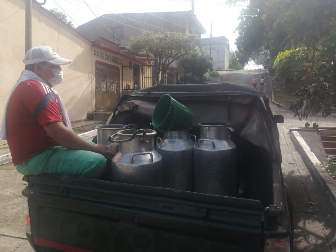 Transportan 8 cantinas de 56 botellas de leche
