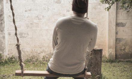 'Cuarentón' demanda a sus padres para que lo sigan manteniendo de por vida