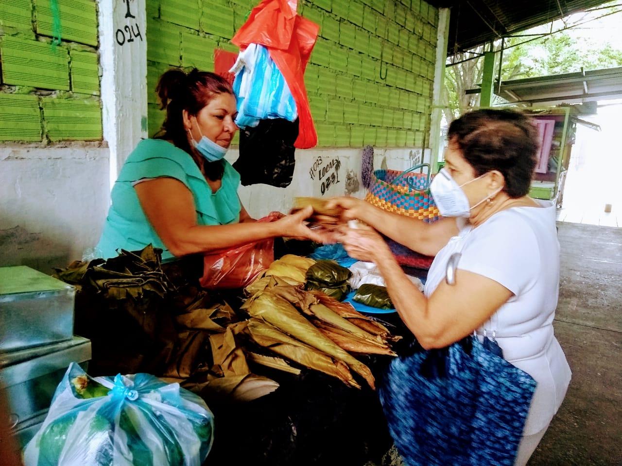 Rosario Guzmán, una de las fundadoras vende acompañamiento para el asado y la lechona