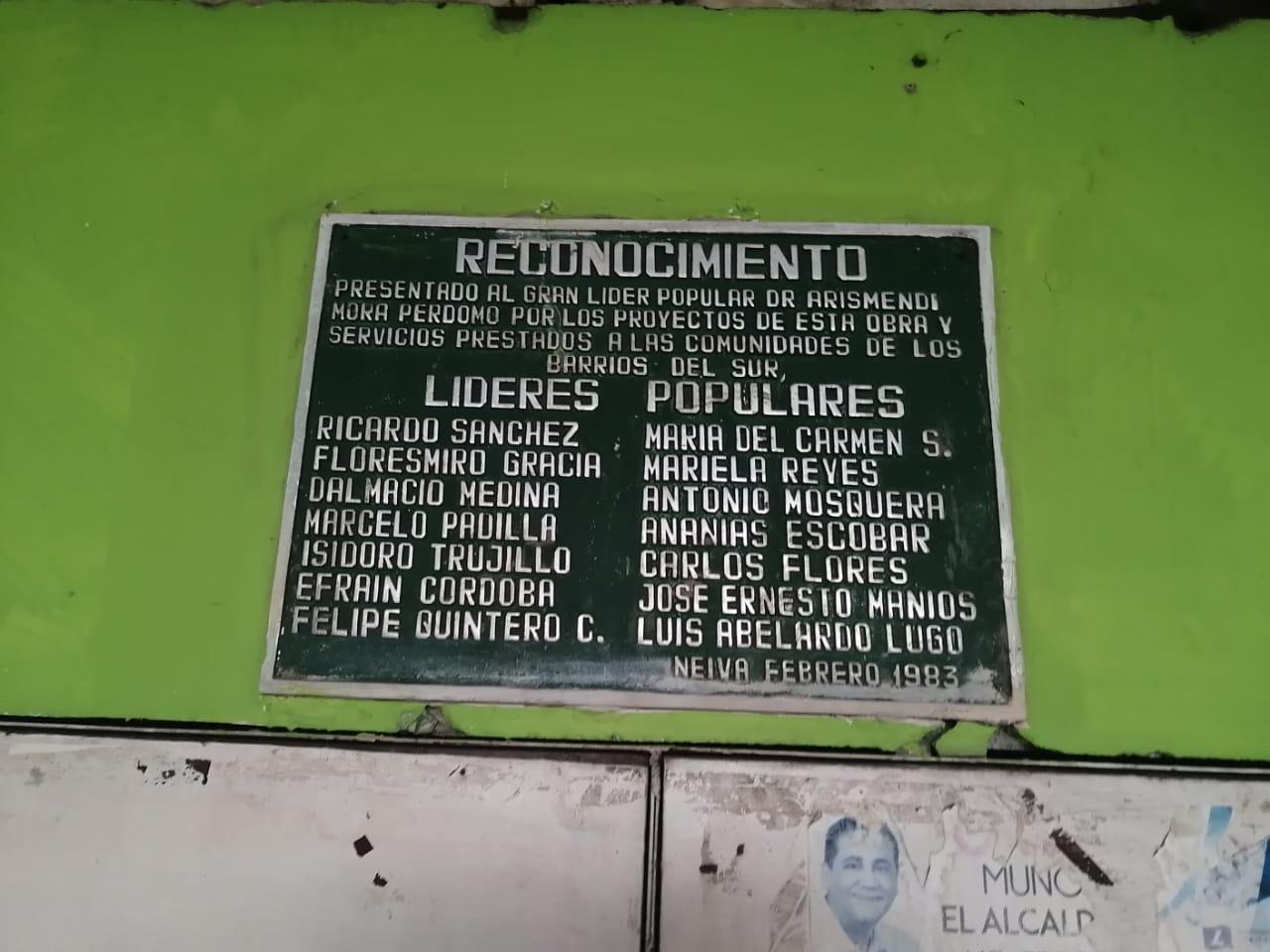 Placa de reconocimiento a los fundadores y al alcalde Arismendi Mora.