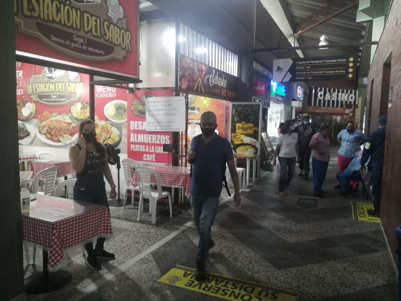 Los viajeros se desplazan por los corredores de la terminal en Neiva.