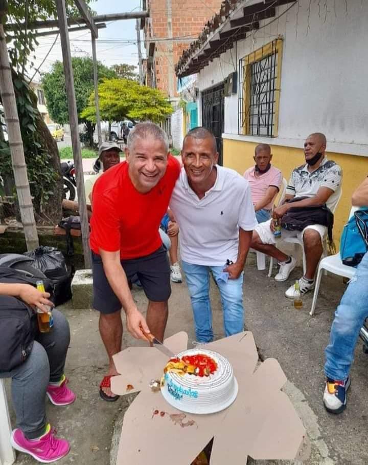 El 'Teacher' Berrío en la celebración de su cumpleaños número 54, fue la última fotografía del 'eterno capitán' del Atlético Huila.