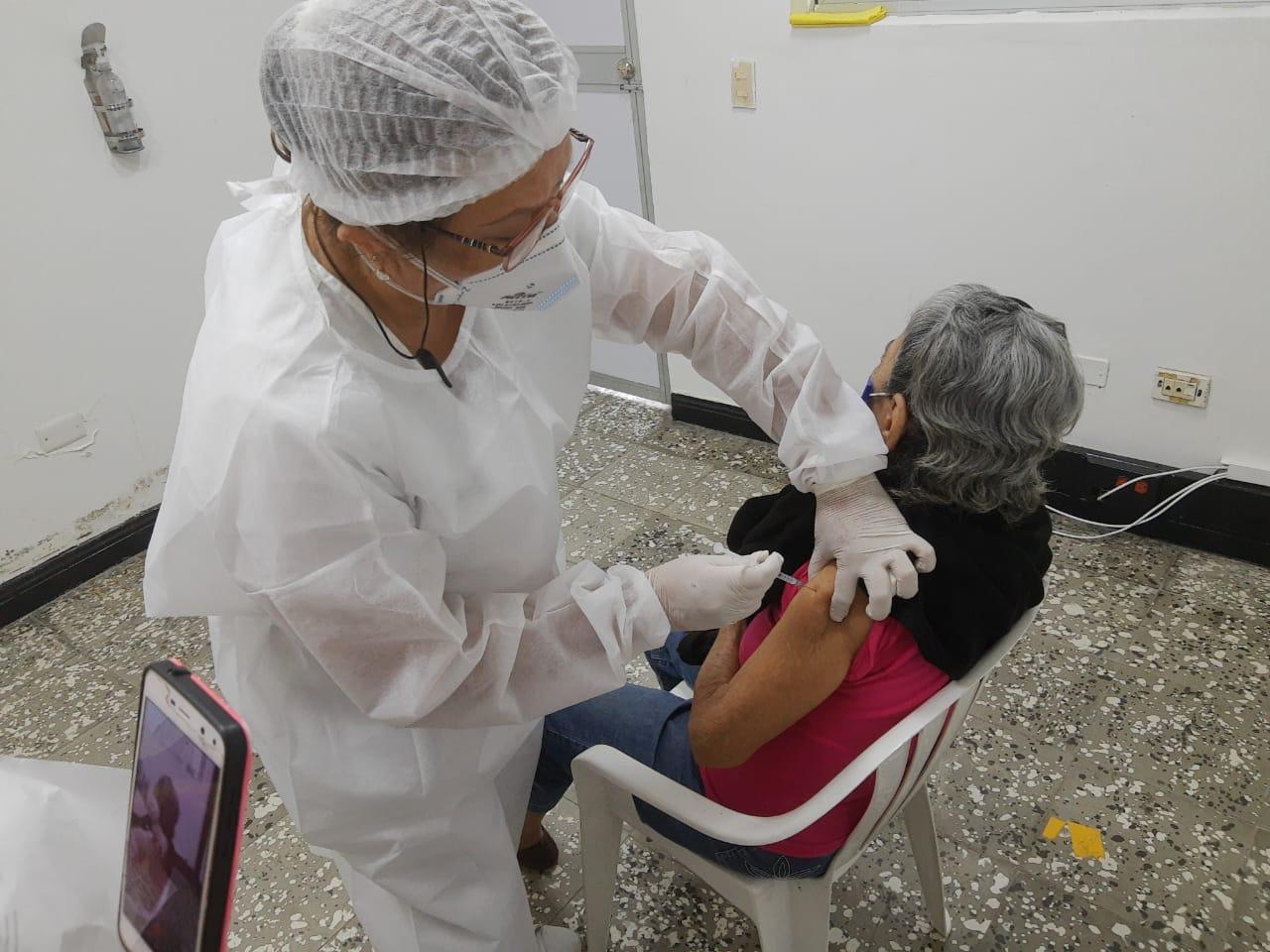 La Secretaria de Salud, Lina María Rivas Dussán, expresó su satisfacción por lo que se ha realizado hasta la fecha en materia de vacunación contra el covid-19 en Neiva.