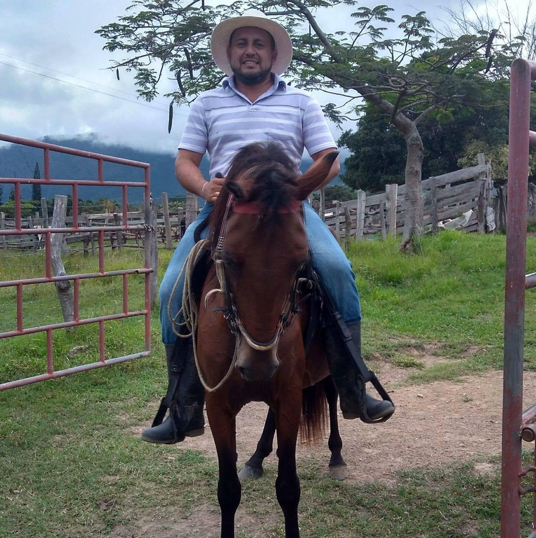 Del hoy occiso se conoció que fue comerciante pues tenía un reconocido restaurante en el municipio de Algeciras llamado 'Parrilla Bar El Mirador', también dedicado a las labores de ganadería.