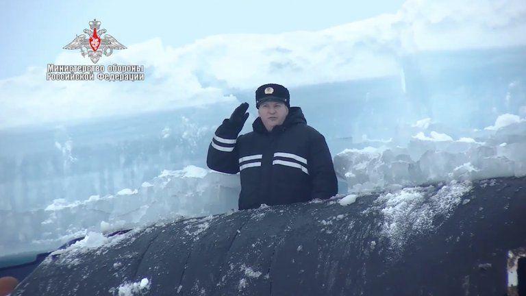 El comandante de un submarino tras emerger del hielo durante los ejercicios militares en el Artico.