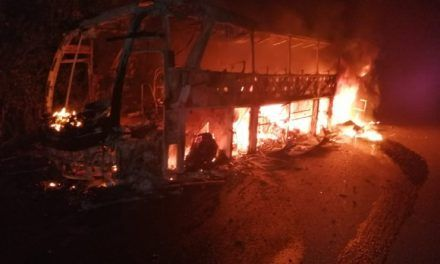 Un bus quemado, otro atacado a tiros y una niña herida dejó incursión en vía Medellín – la costa