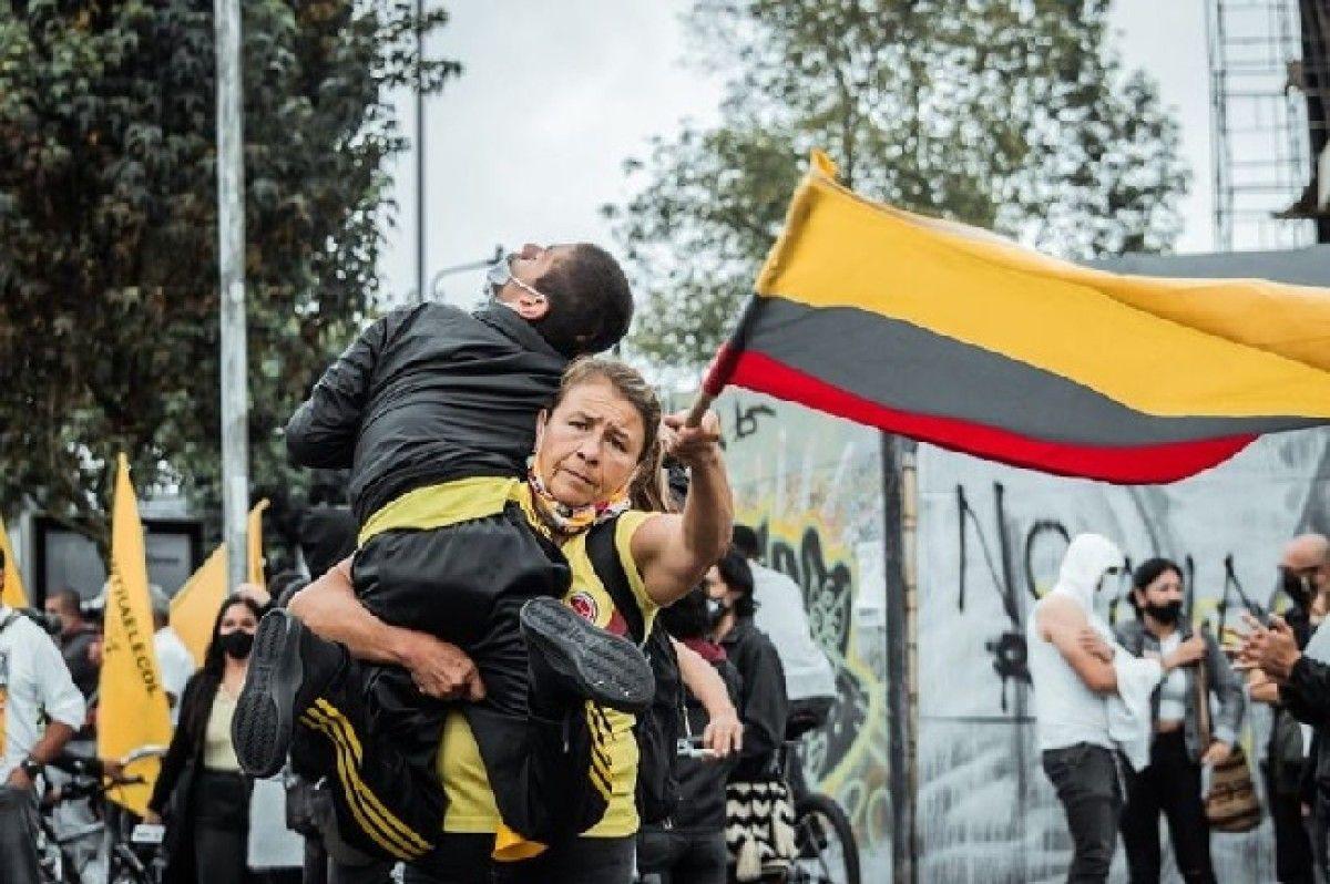Mujer cargando a su hijo durante la marcha del 28 de abril conmueve al país