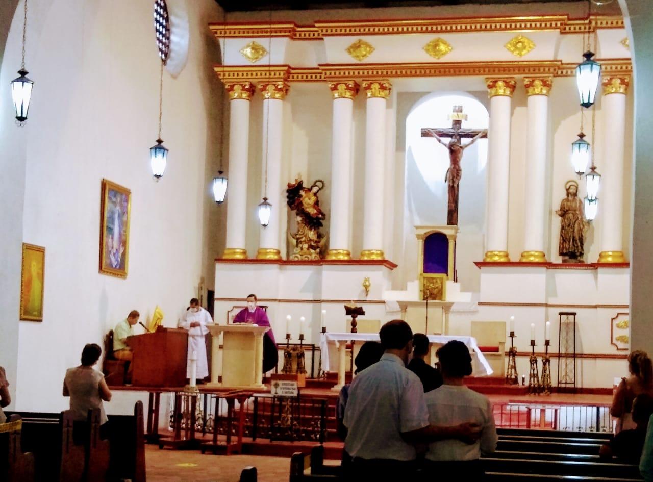 Visitar los templos y asistir a los ritos religiosos es una de las tradiciones