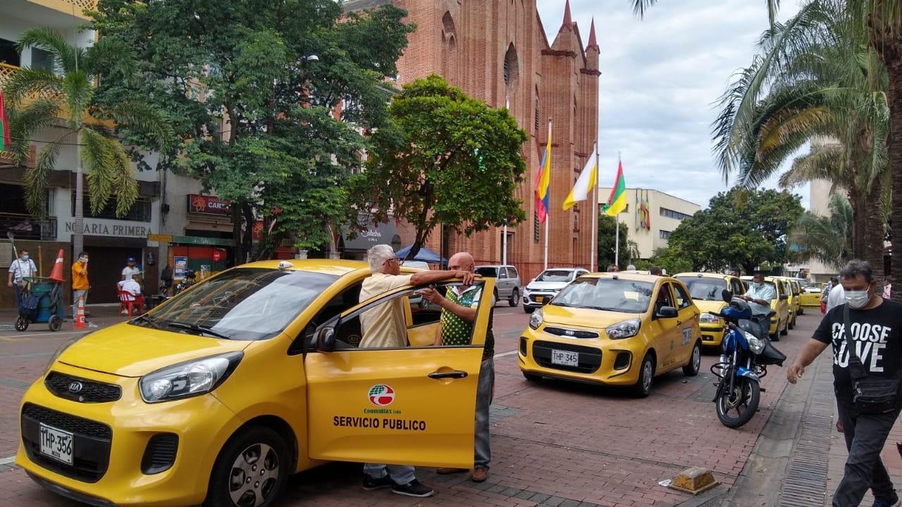 Como él son más de 2000 los taxistas que ruedan a diario por la ciudad