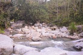 Campesinos meten en un costal a sus hijos para atravesar el río por un cable