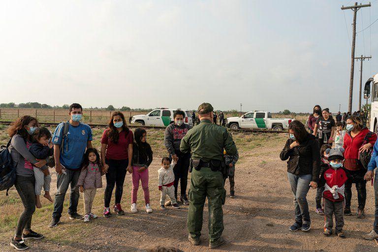 En EE.UU comienzan a reunir a las familias migrantes separadas