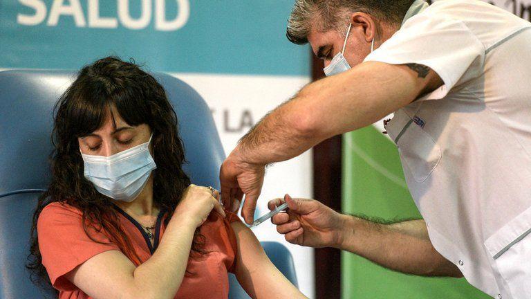 Escasez de vacunas: determina la velocidad de contagios y muertes en Argentina