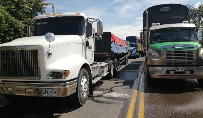 Cuatro bloqueos continúan en el Huila en la vía a Bogotá