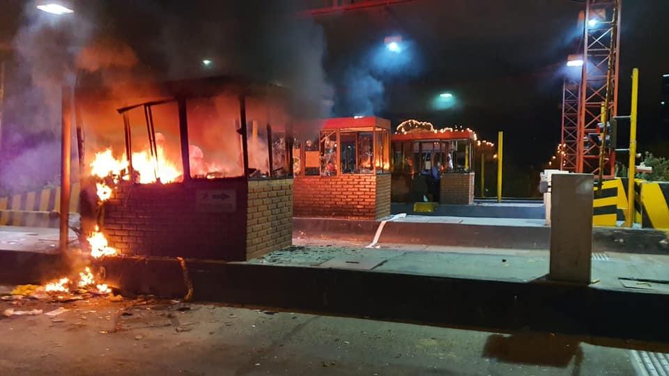 Manifestantes prendieron fuego a peaje de Neiva