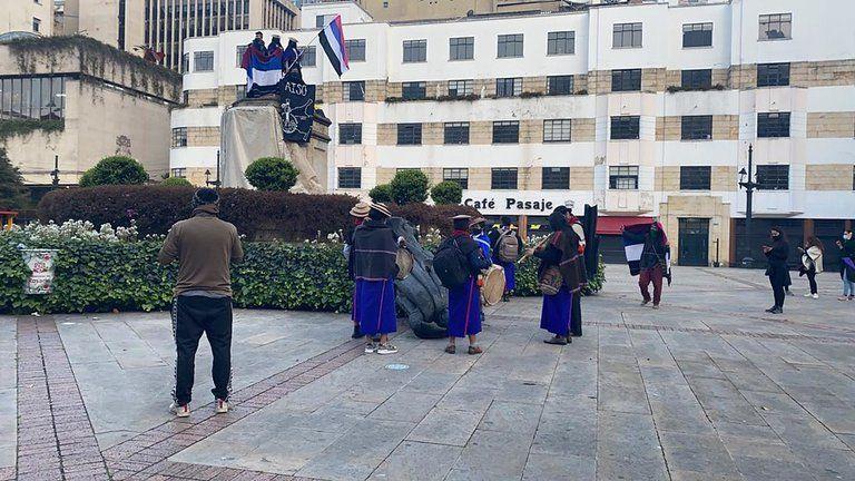 Indígenas tumbaron estatua de Gonzalo Jiménez de Quesada en Bogotá