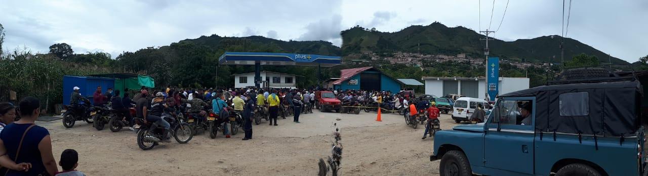 Largas filas por desabastecimiento de combustible en el Huila