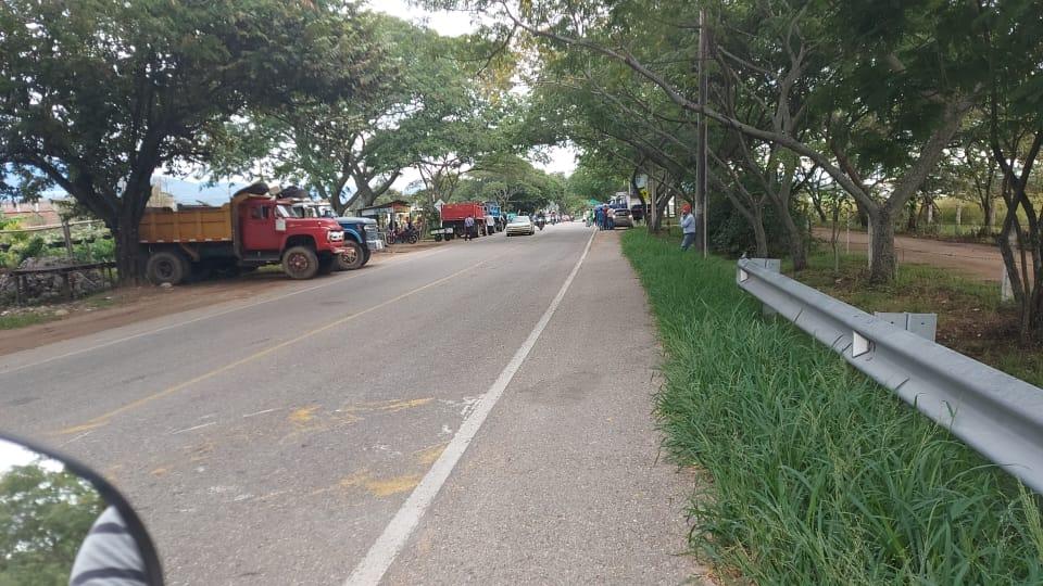 Siguen bloqueos de vías en el Huila