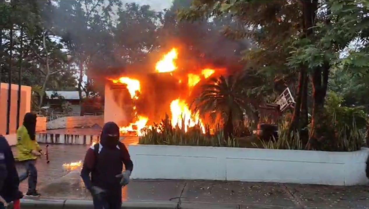 Personas encapuchadas atacaron colegio de la policía y queman CAI