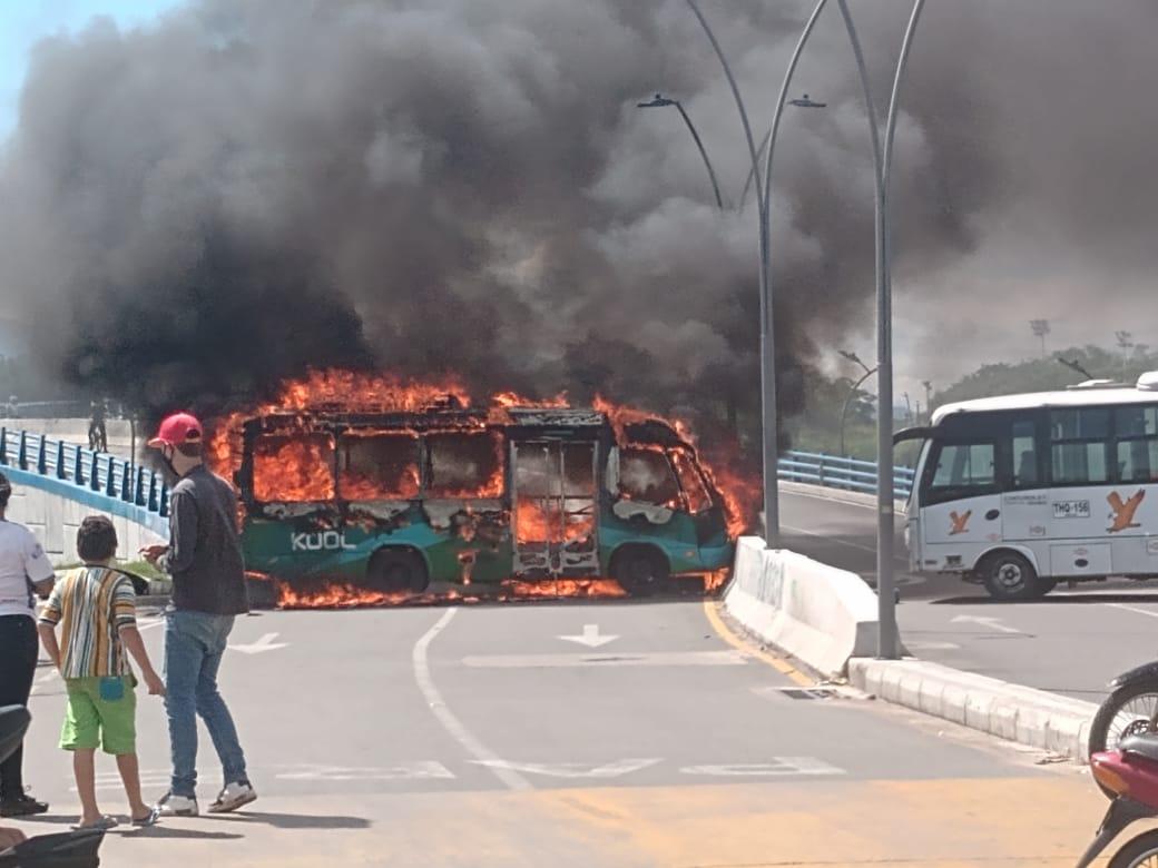 Regresa el caos a Neiva, un bus fue incinerado