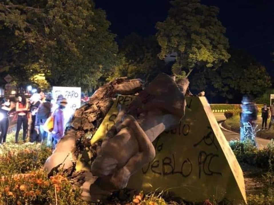 Tras horas de resistir, vándalos lograron destruir el monumento a la Raza y al Mestizaje