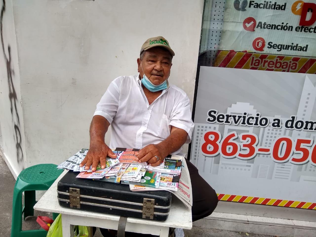 """A sus 73 años """"el burro"""" lleva 47 de su vida vendiendo lotería"""