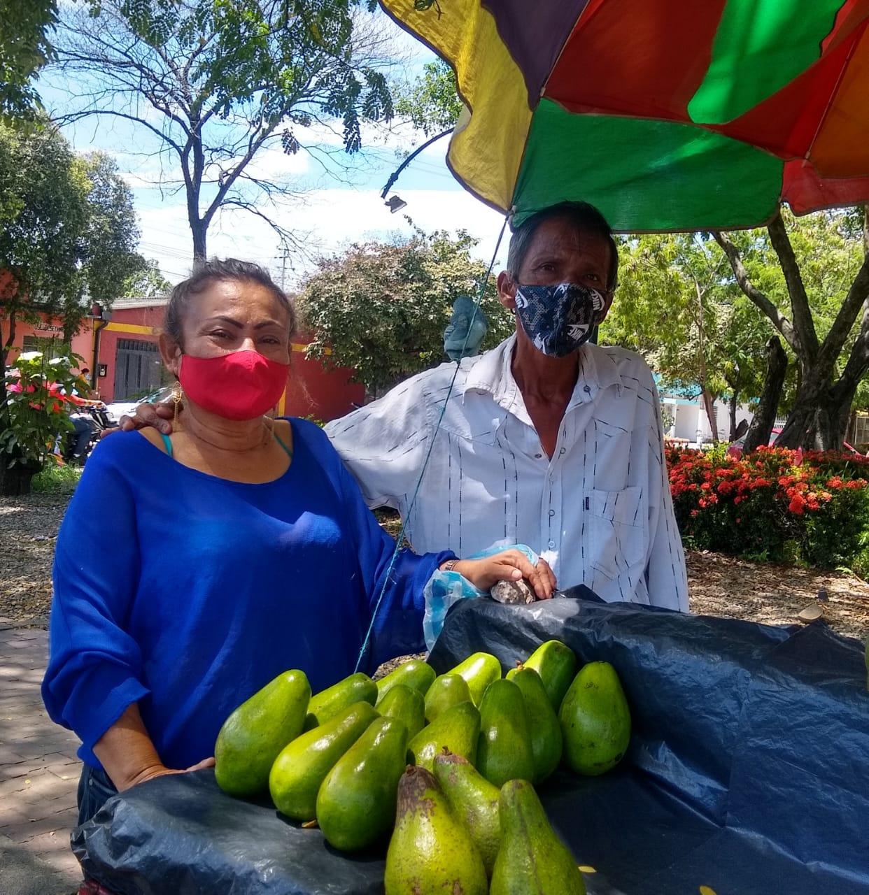 """""""Con amor y trabajo"""", Dagoberto y Martha venden aguacates"""