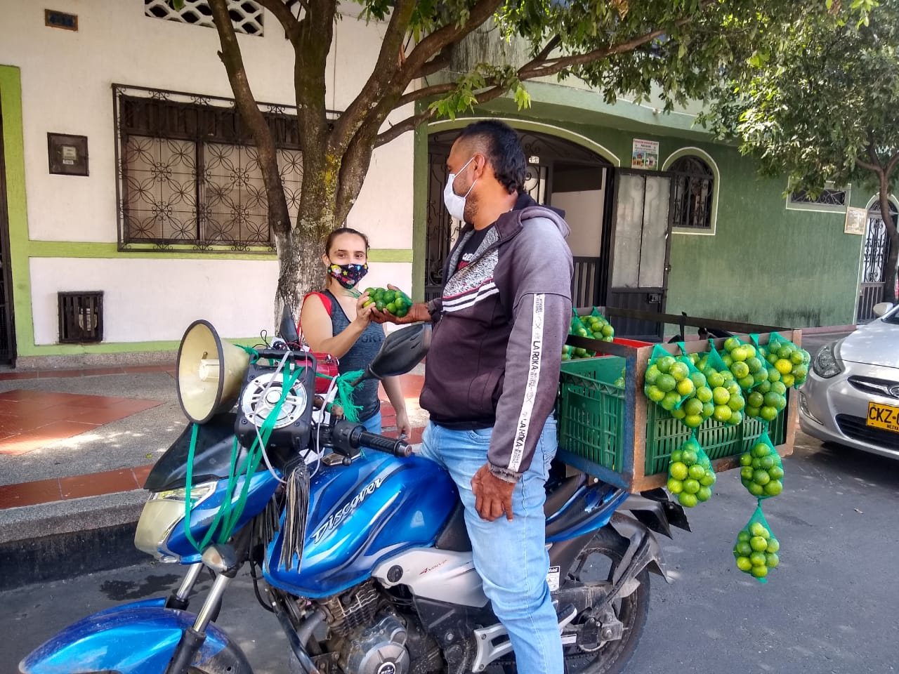 Con megáfono Andrés Otálora vende limones en moto