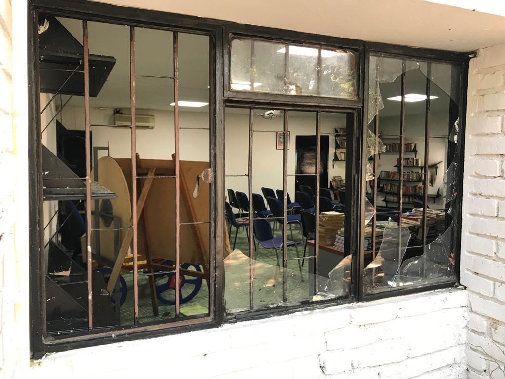 Biblioteca vandalizada