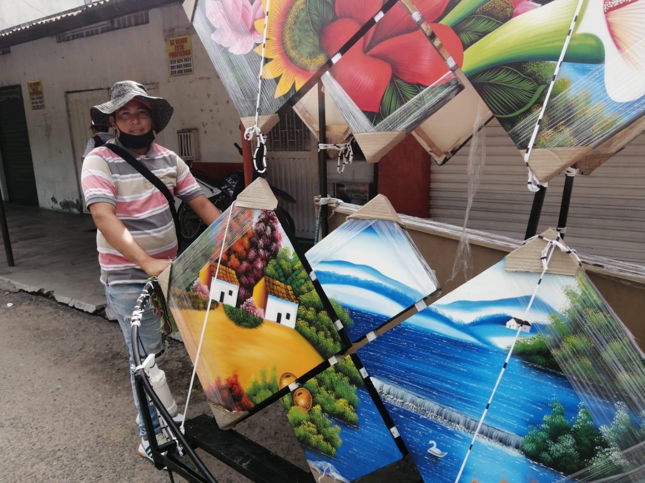 Día a día recorre las calles vendiendo cuadros