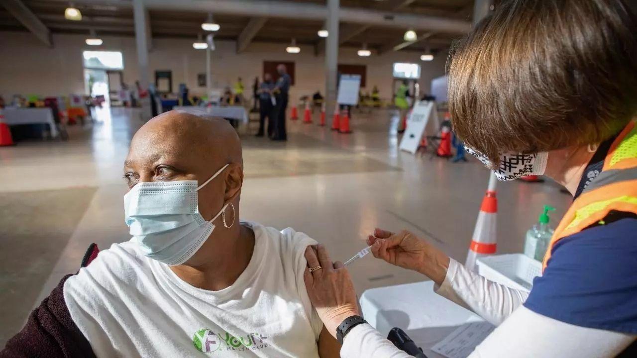 La mitad de adultos en EE.UU estarán vacunados al finalizar el día