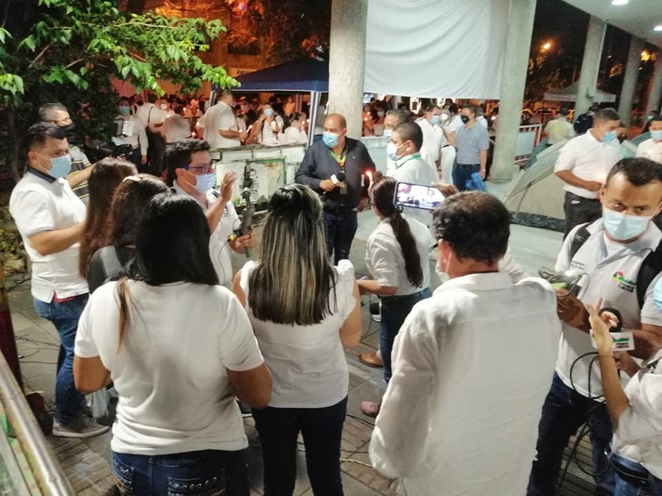 Funcionarios 'montan' guardia en las afueras de la Alcaldía