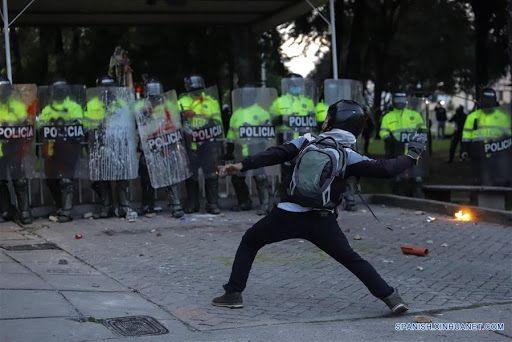 Choques entre manifestantes y el Esmad en Bogotá, Medellín y Bucaramanga