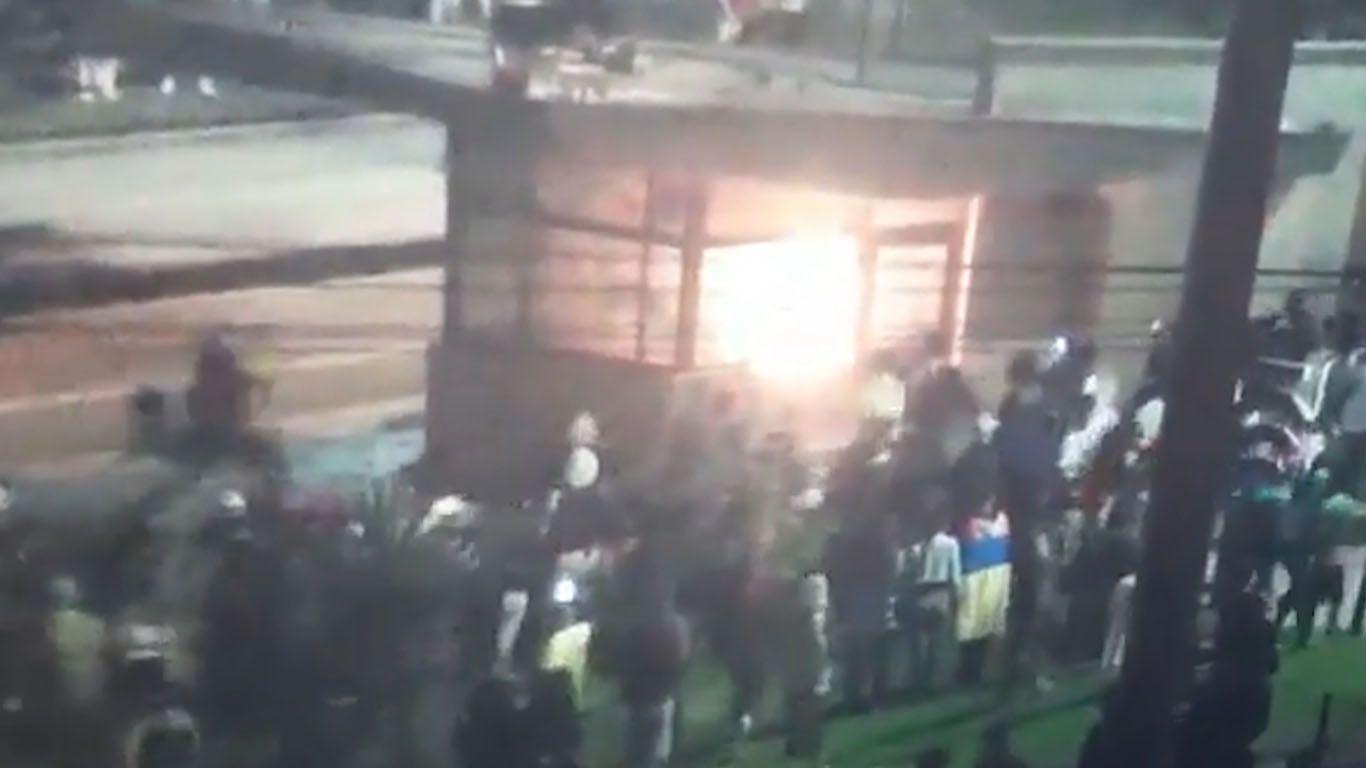 Fiscalía captura a quienes incendiaron CAI con policías adentro
