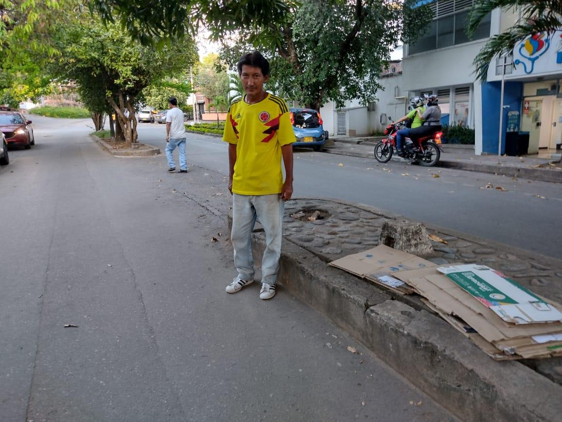 """""""El Tin"""" Bonilla del fútbol se rebusca el día a día en la calle"""