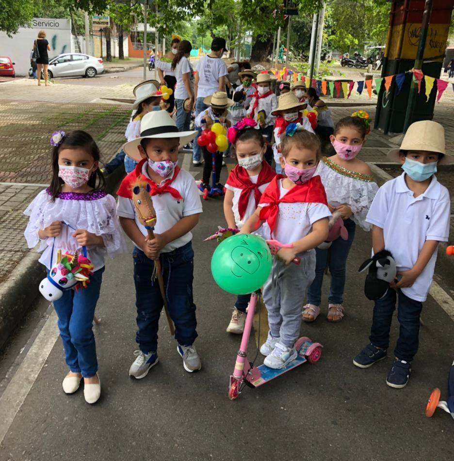 En desfile de caballitos de palo, niños mantienen las tradiciones