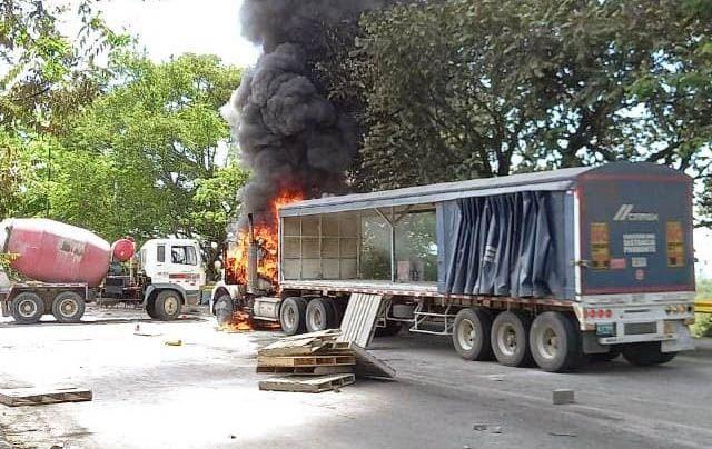 Tractomula y bus incinerados en medio de enfrentamientos por desbloqueo de vía