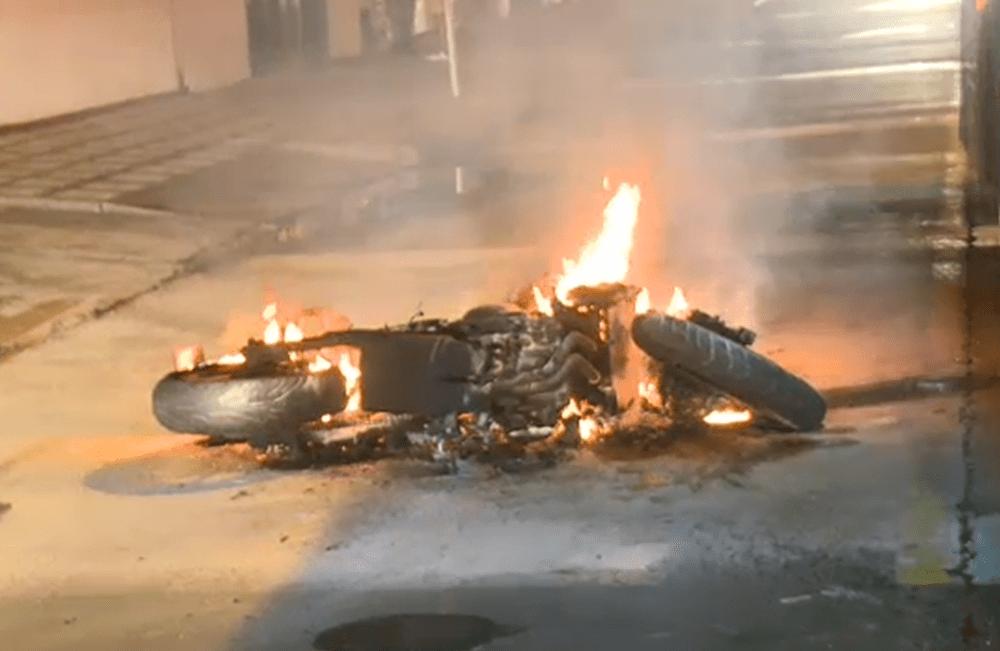 A ladrones que iban a robar local en Bogotá les quemaron la moto