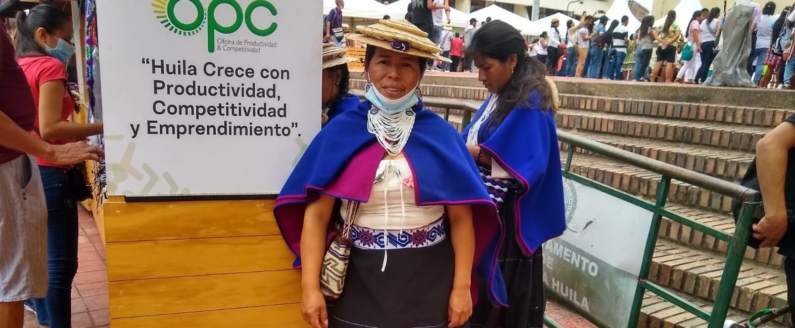 Orgullosa de conservar el tejido misak, tradicional práctica indígena
