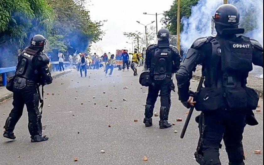 Fuerte enfrentamiento dejó a cinco uniformados lesionados
